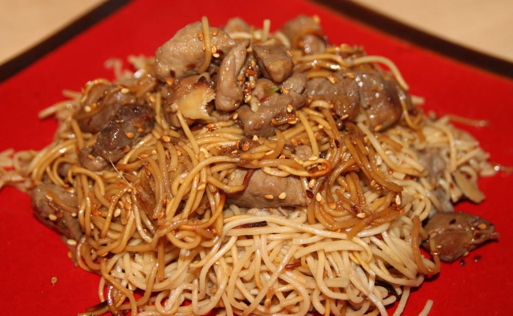 Wok de porc mariné à la sauce soja, sésame et gingembre et ses nouilles chinoises