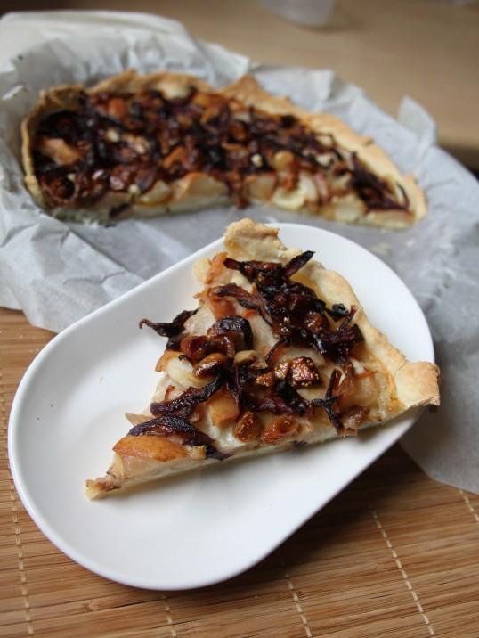 Tarte aux poires, fromages, oignons & figues sèches