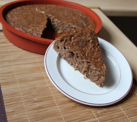 Gâteau fondant à la pralinoise, pommes râpées, noisette