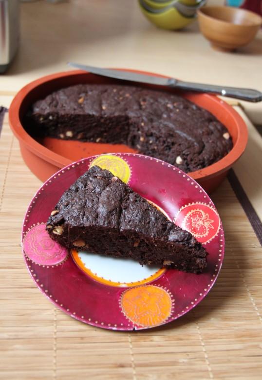 Brownie chocolaté, cacao, amandes, pépites de chocolat blanc
