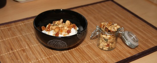 Granola aux amandes, noix de cajou, noisettes, noix, figues et abricots secs, et graines