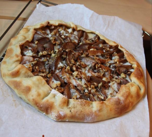 Tarte rustique au gorgonzola, poire & noix